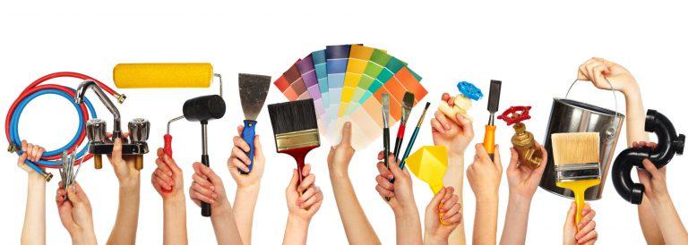 Des mains tenant des outils de bricolage