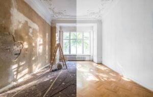 Une pièce de maison avec un effet d'un côté non rénové et de l'autre côté rénové