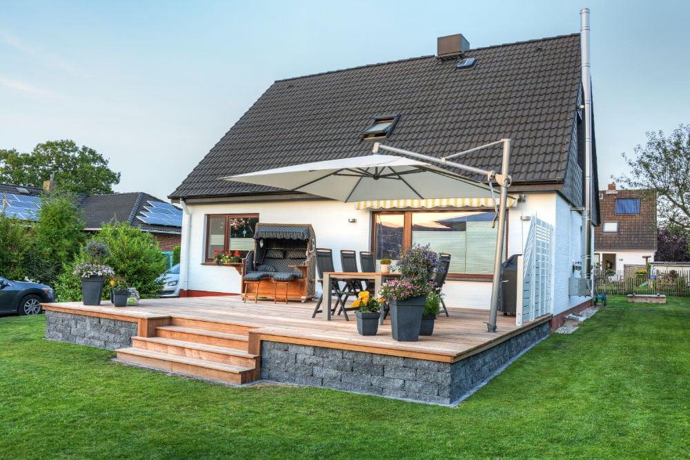 Une terrasse avec un parasol