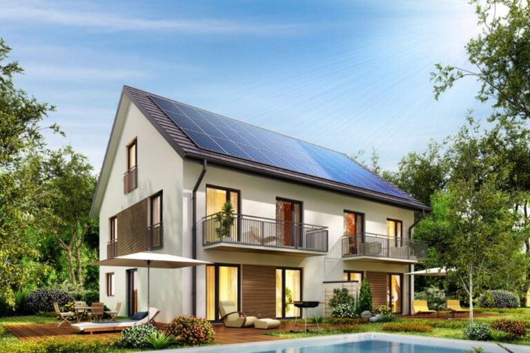 Une maison avec des panneaux solaires, économe en énergie.